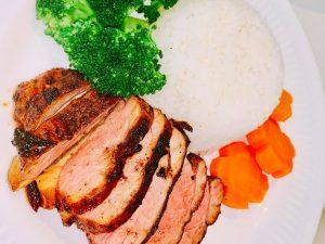 Cho phần thịt ra một cái đĩa; sau đó rưới phần sốt nấm lên bề mặt của thịt.